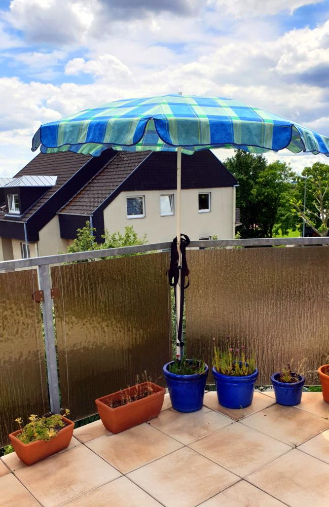 Schirm auf Balkon