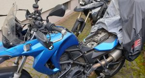 Motorrad-Batterie einbauen