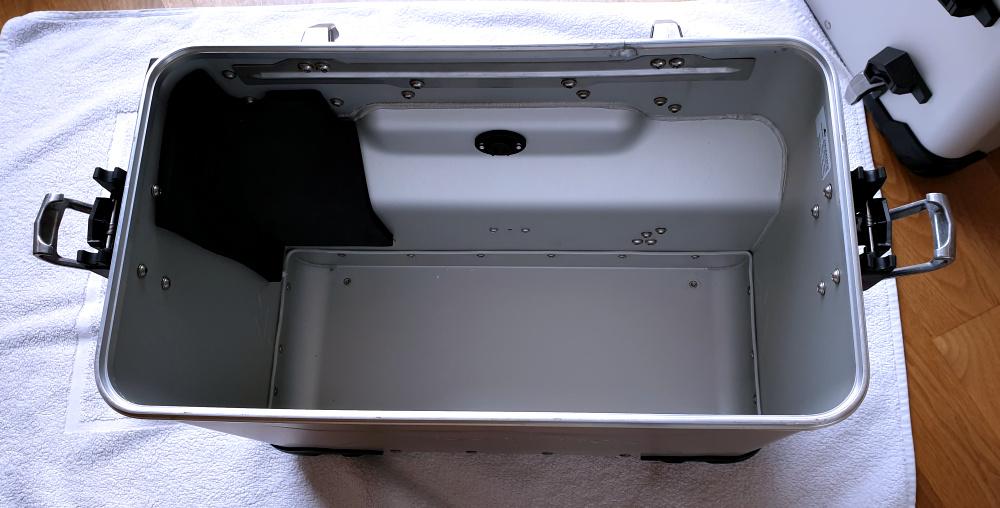 Hitzeschutz im rechten Koffer zum Auspuff hin