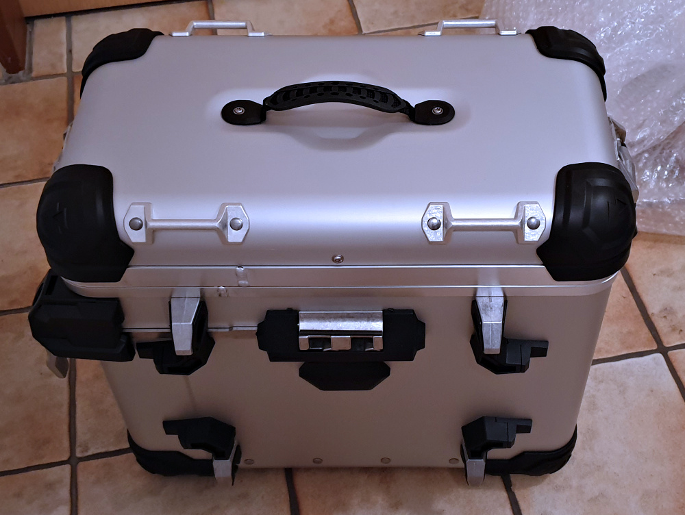 Rückseite linker Koffer