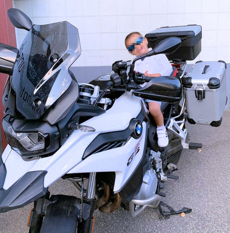 Neffe auf Motorrad